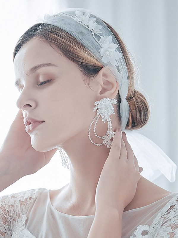 Fashion Tulle One-Tier Shoulder Veils With Hand-Made Flower And Earrings