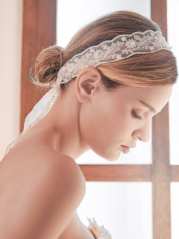 Elegant Lace One-Tier Shoulder Veils With Imitation Pearl